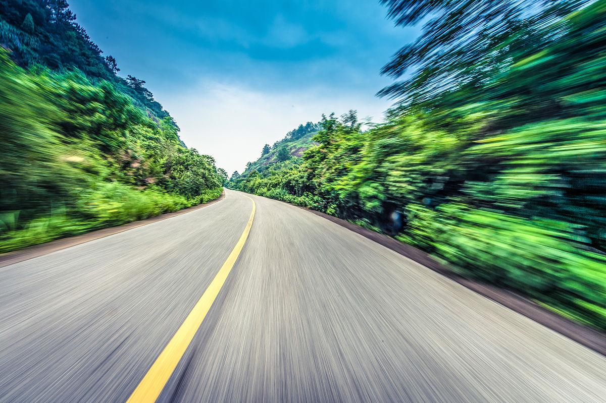 路�_路面 运动模糊  树 山 汽车广告背景图
