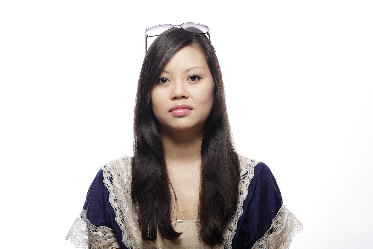 亚州女人�9�'�od9o9f�x�_一个年轻严肃的亚洲女人的画像