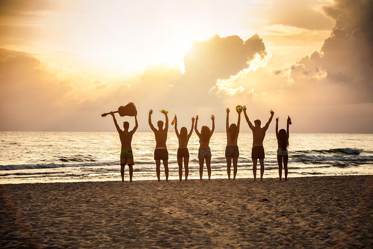 一群�yf�yl#�kjye,y�9�c_海滩上的一群朋友
