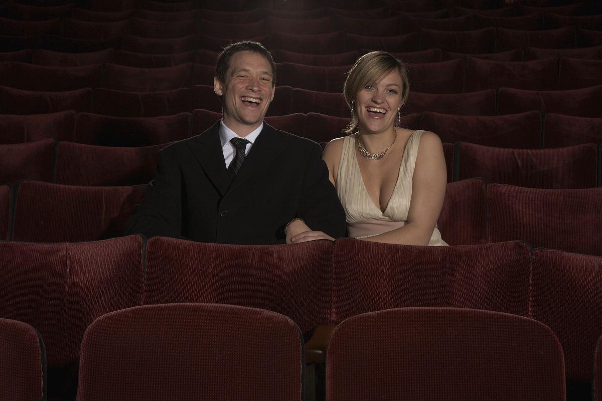 电影琪琪影院_时尚夫妇坐在影院里笑.