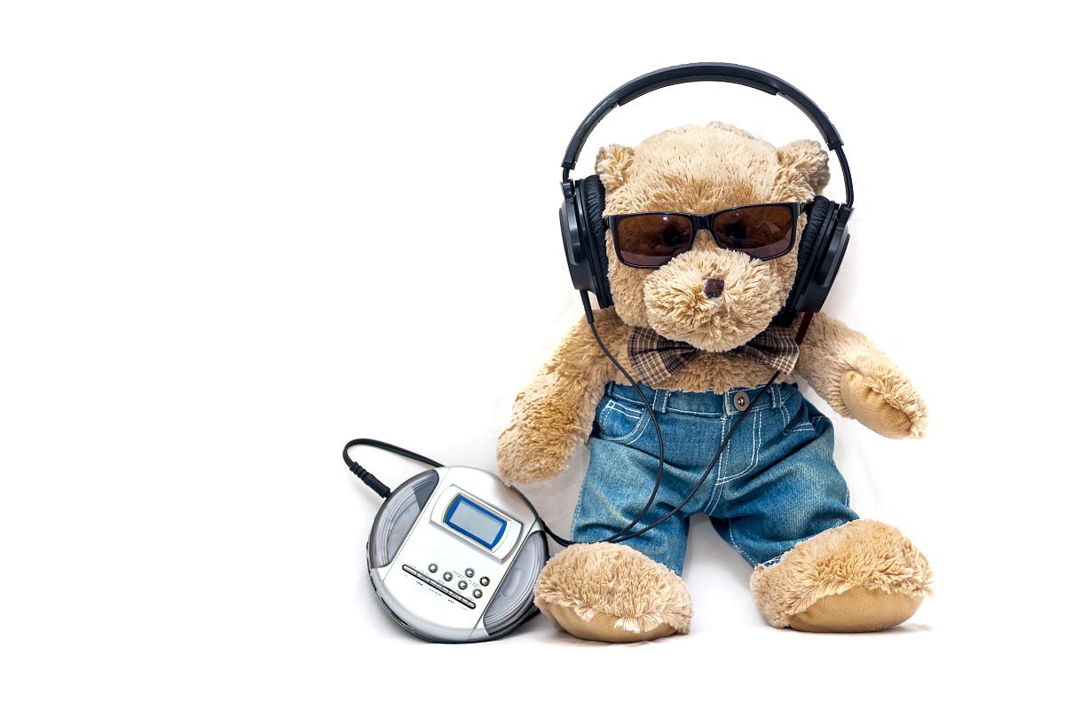 听���!�`iyn��+��n���'���_泰迪熊听迪斯科音乐的cd播放机