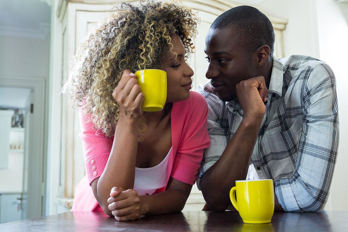 异性恋,青年女人,拿着,住宅内部,约会,收容所,连接,放松,非洲人,住房图片