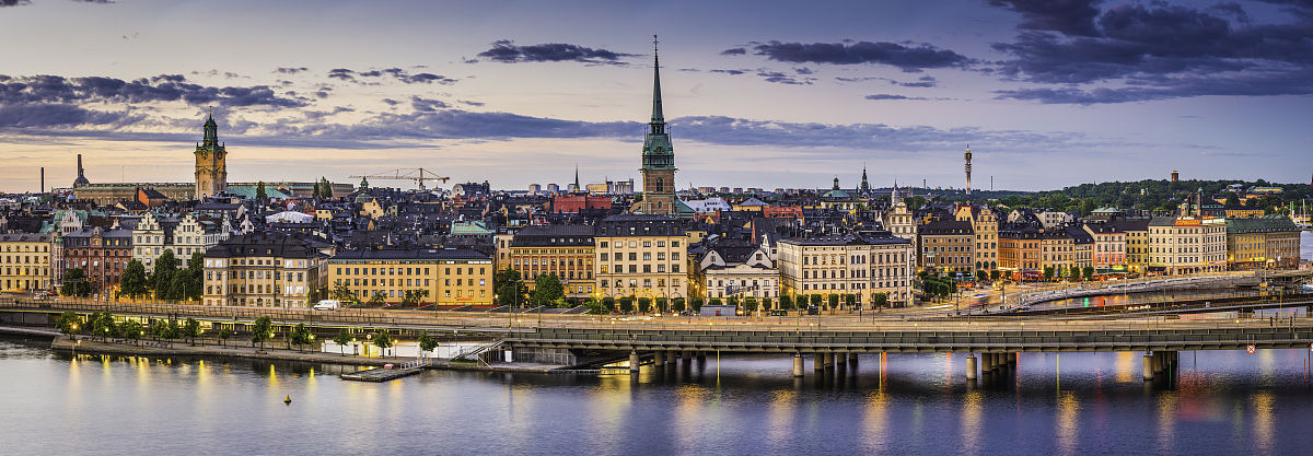 二代火影囹�a_斯德哥尔摩旧城区城市滨水景观照明的全景日落瑞典