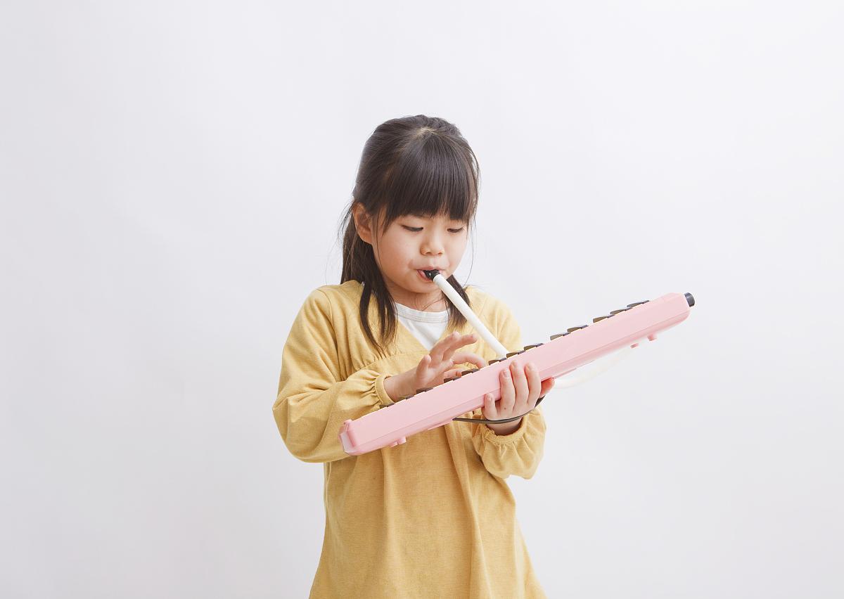 女孩演奏口风琴图片