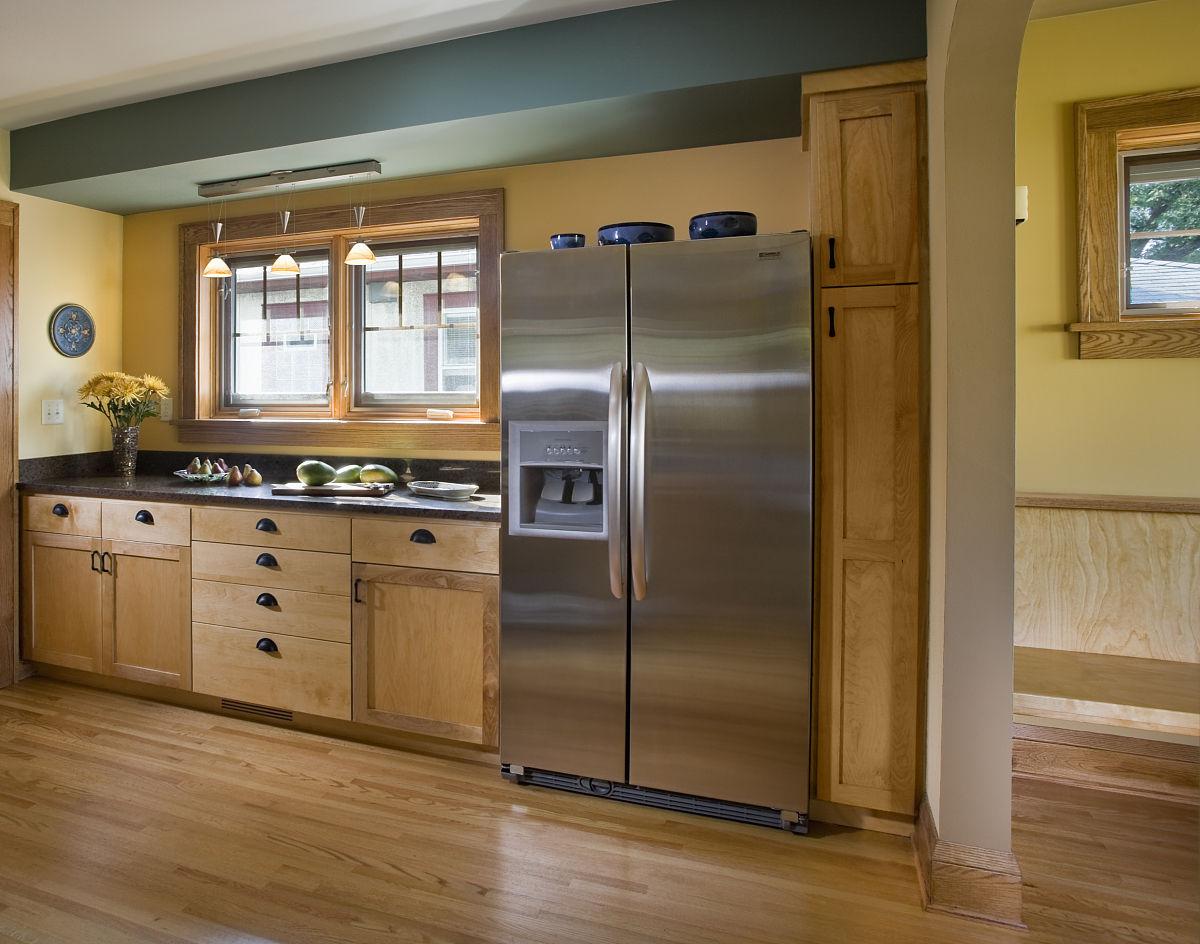 厨房中的轻型木橱柜图片