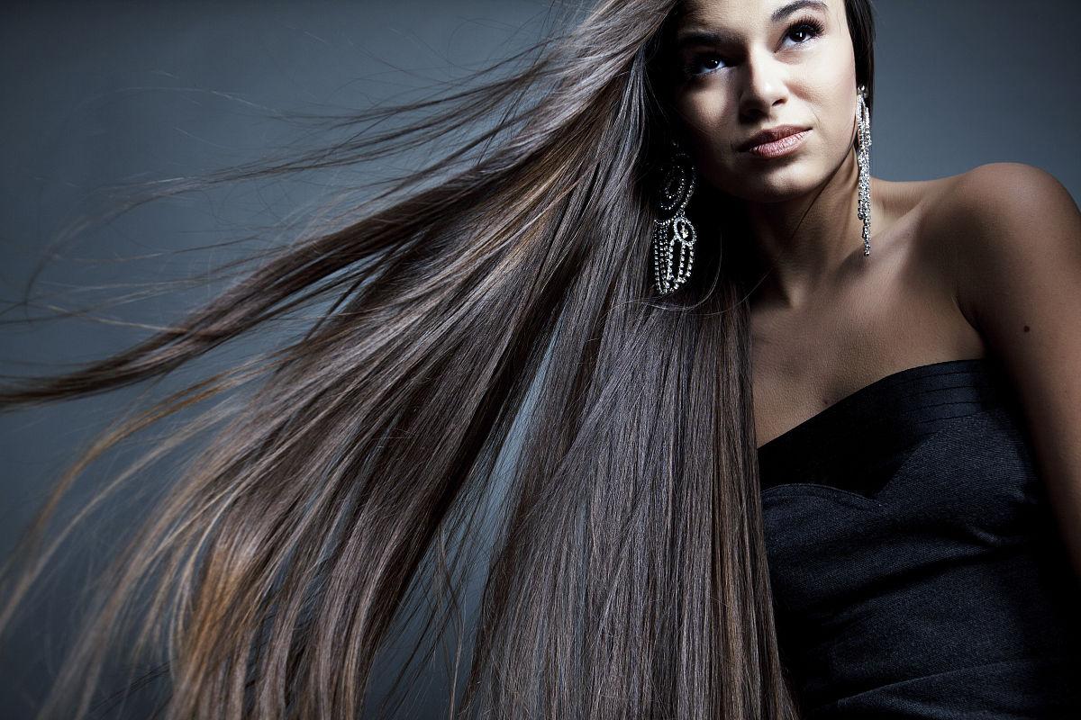 美丽的女人与健康的长头发图片