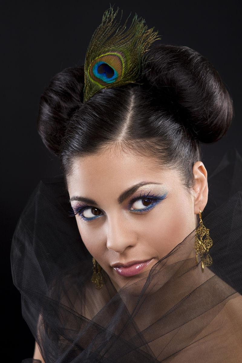 美丽的西班牙年轻女子迷人的肖像画,弄头发和化妆图片