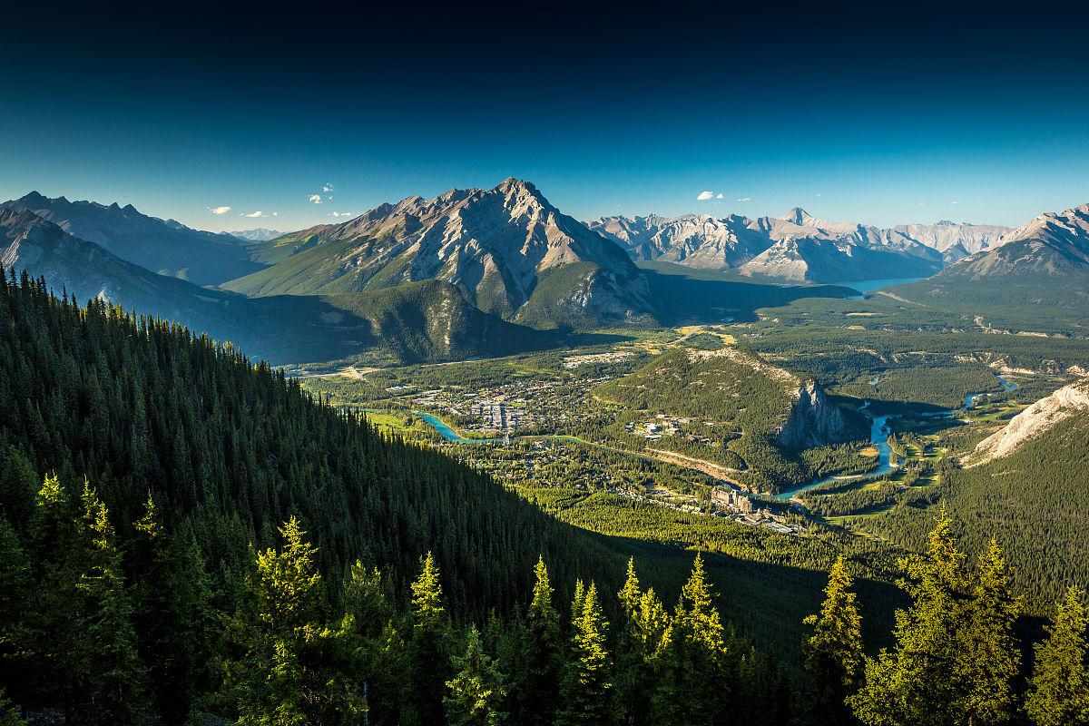 山姬之实第一卷_鸟瞰城市山谷脚下的山,班芙,阿尔伯塔,加拿大