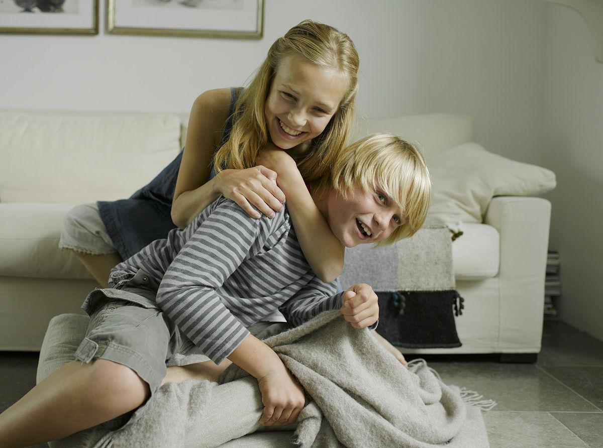 高哥哥妹妹_哥哥和妹妹(10-14)战斗在沙发上