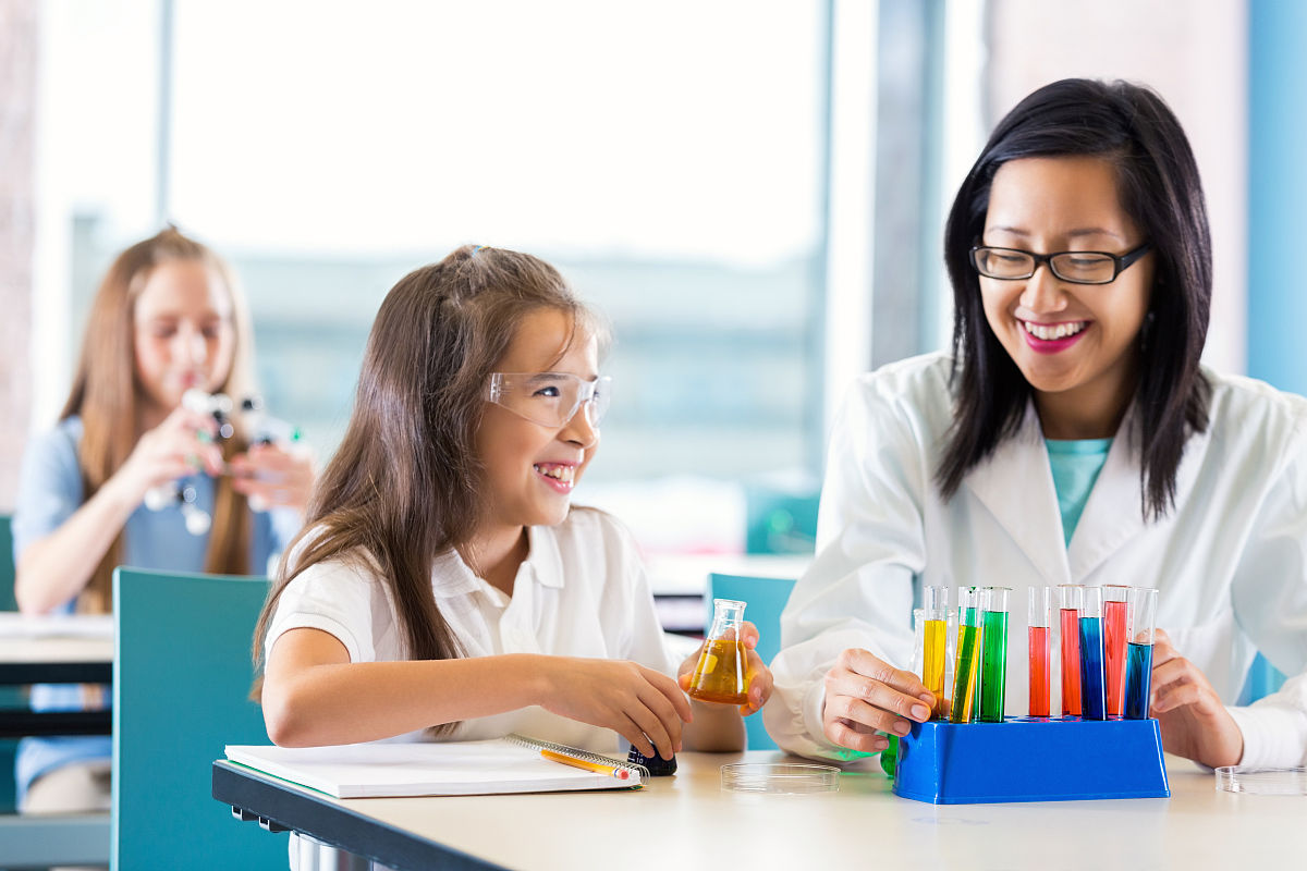 色qingjiaoshi_亚洲教师协助小学女生从事化学项目