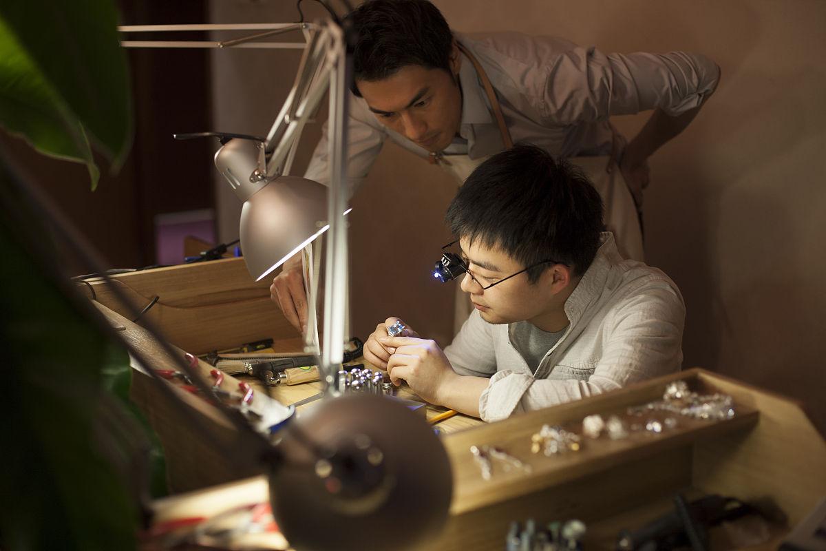 珠宝商,中国人,工匠,珠宝,小型放大镜,仔细检查,工作室,设计行业图片