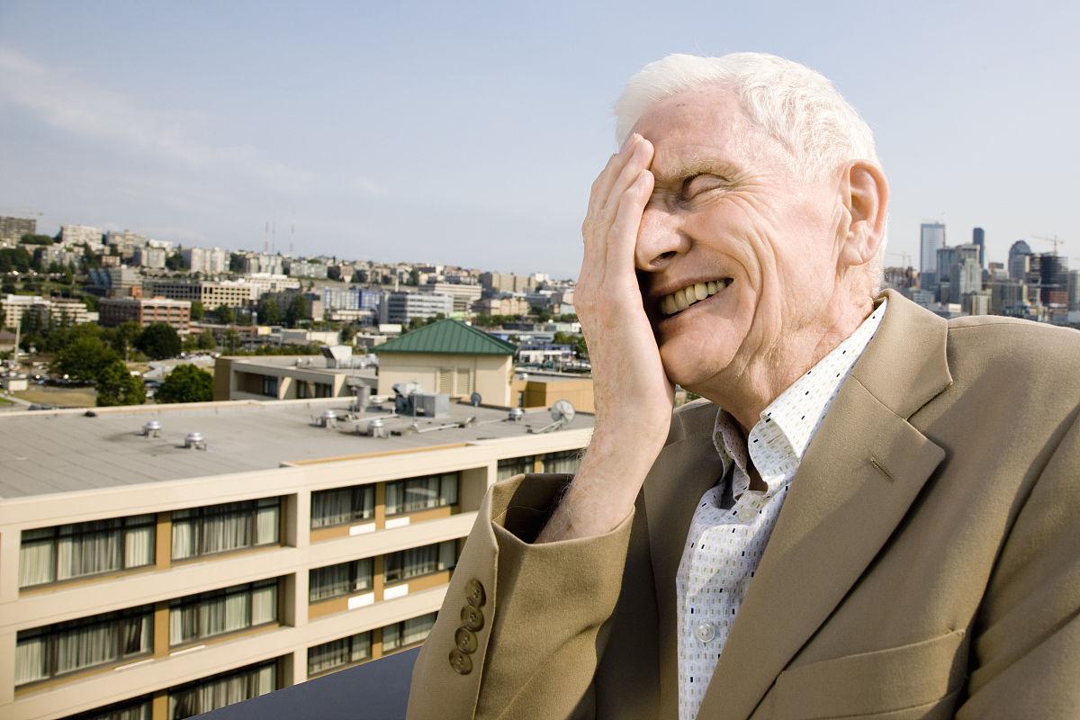 这是一个荒谬的,疯狂的世界.高级男子笑.图片
