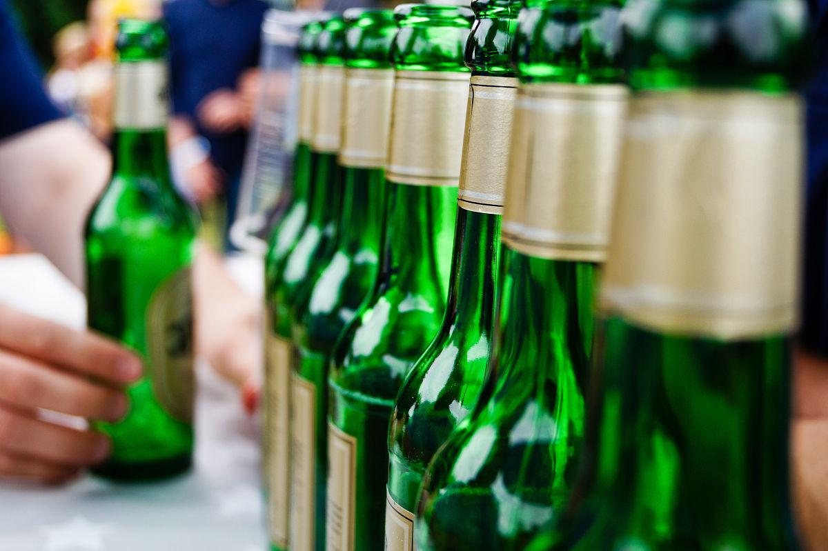手印,成一排,白昼,人,部分,男人,一个人,仅男人,瓶子,桌子,啤酒瓶图片