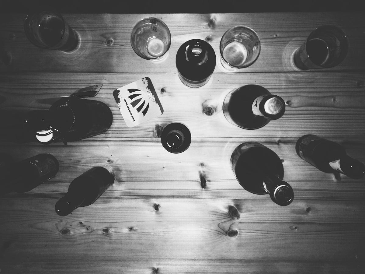 饮料,白昼,含酒精饮料,饮食,玻璃杯,室内,桌子,啤酒瓶,无人,黑白图片图片