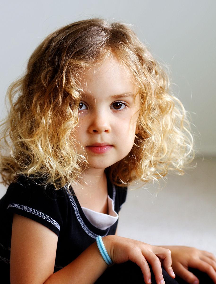 四分之三身长,2岁到3岁,室内,卷发,中长发,金色头发,白人,坐,美国图片
