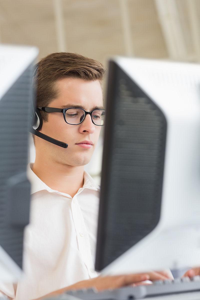 呼叫中心使用电脑的男客户服务代理图片