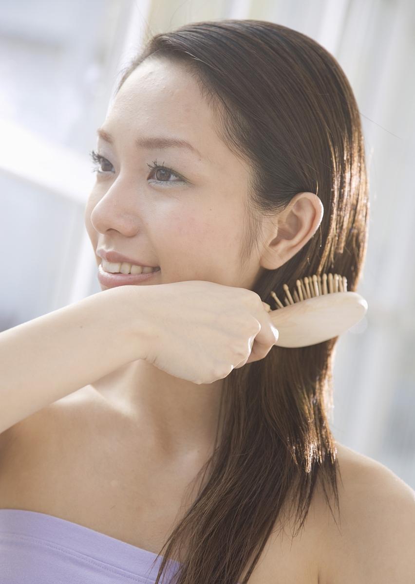 人,发刷,表演,健康保健,半身像,发型,直发,长发,微笑,美发师,拿着,一图片