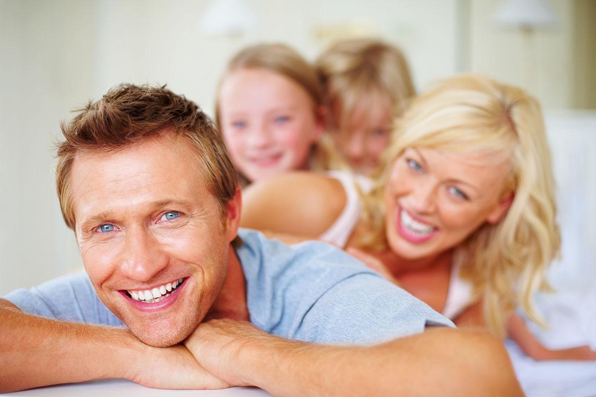 微笑的中年男子与他的家庭背景图片