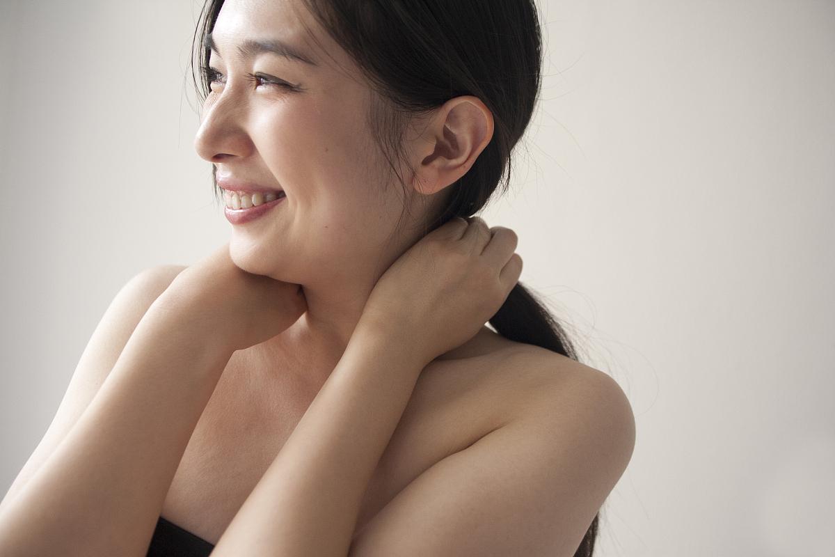 亚州女人�9�'�od9o9f�x�_美丽的亚洲女人在房间里微笑