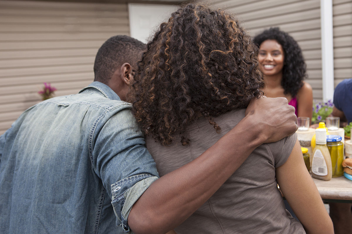 青年女人,社区,粗斜纹棉布,院子,棕色头发,户外,夏天,放松,非洲人图片