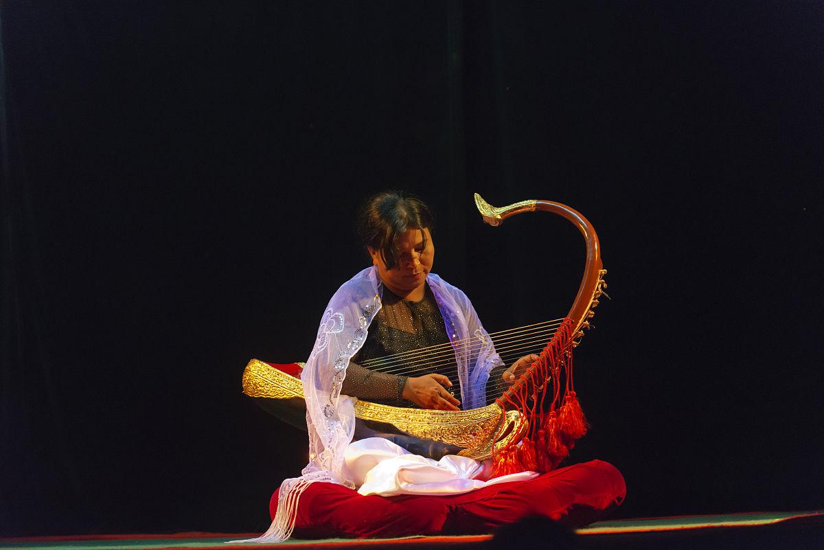 女子演奏缅甸传统竖琴图片