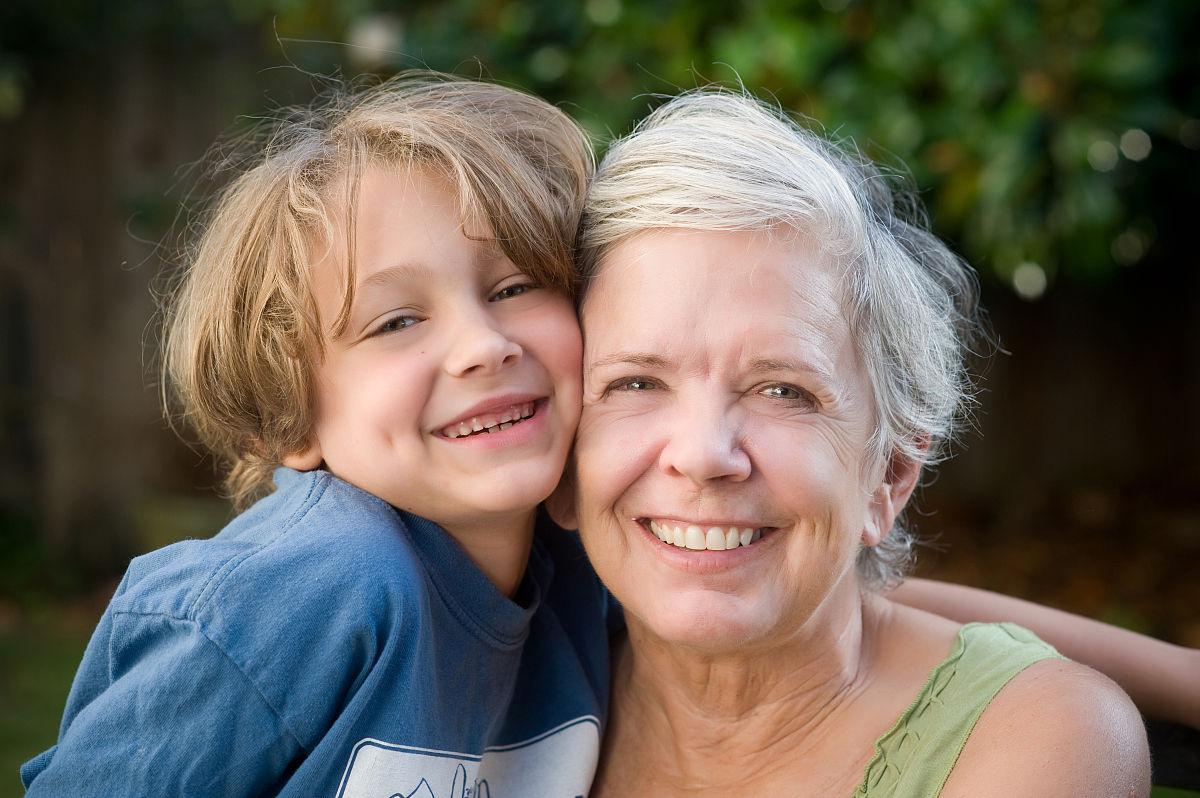 奶奶和孙子xinjiao_奶奶和孙子拥抱