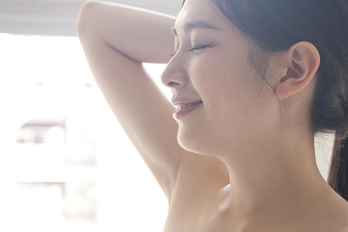 亚州女人�9�'�od9o9f�x�_美丽的亚洲女人扎着她的头发,微笑着