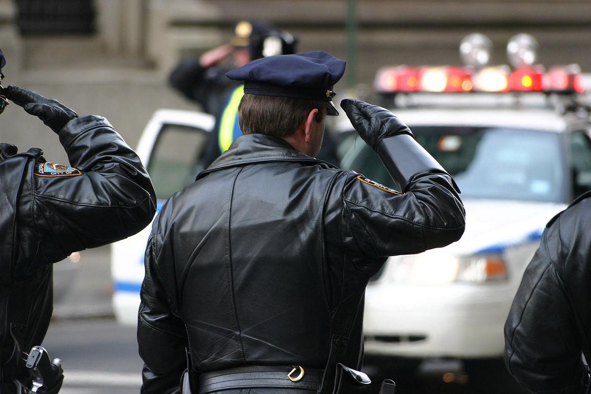 警官�y�-��+_安全,部分,仅男人,背面视角,法律,保护,警官,户外,安防系统,敬礼