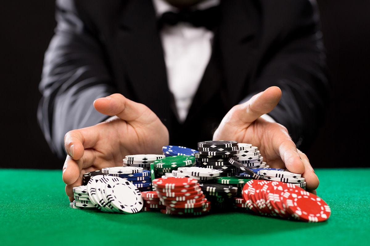 场博扑克人和娱乐的概念关闭的扑克玩家与芯片在绿色场表