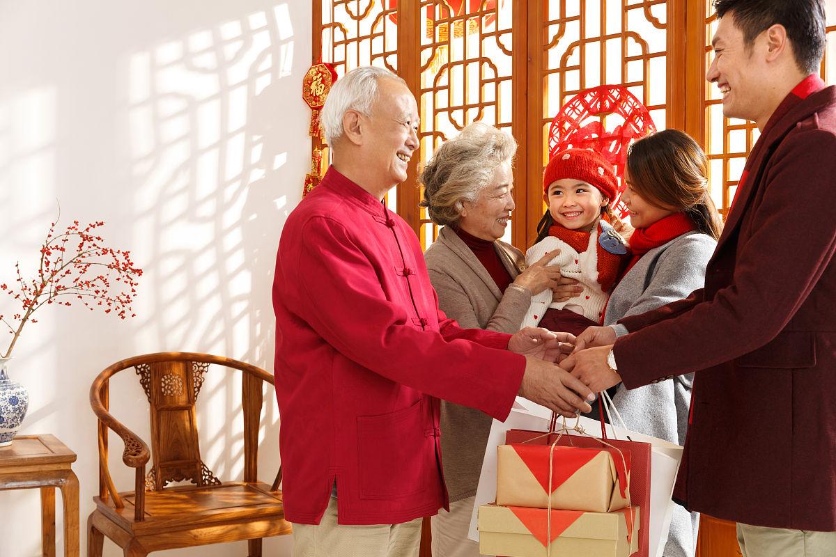 幸福家庭回家过新年图片