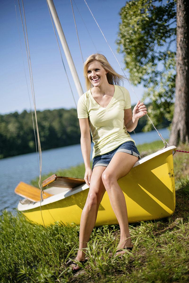 黄色裸体人体下体bb_一个年轻女子坐在黄色帆船的边缘.