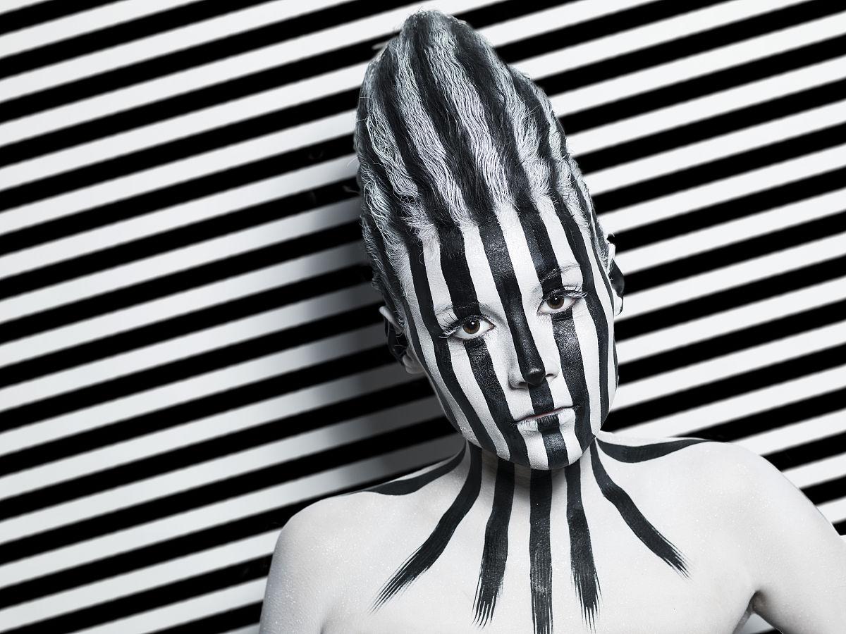 黑白条纹的未来女孩图片