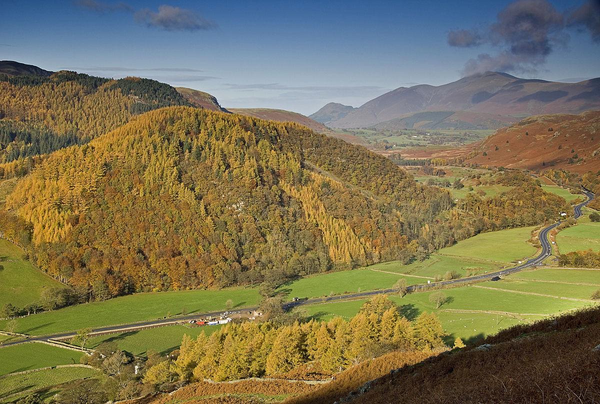 农村垹l`�af�n�,��%_农村道路周边景观从thirlspot斯基多山英格兰湖区.