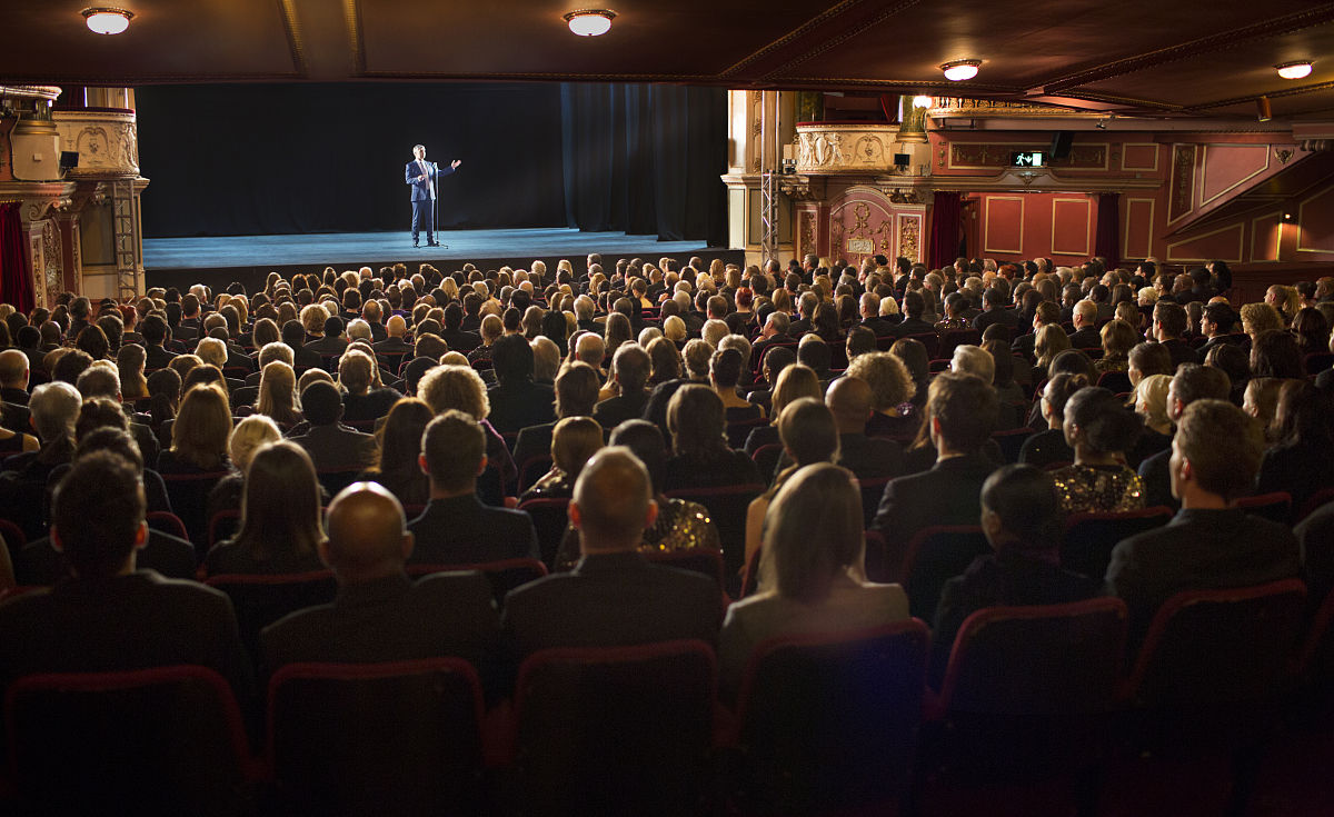 观看_观众在舞台上观看表演