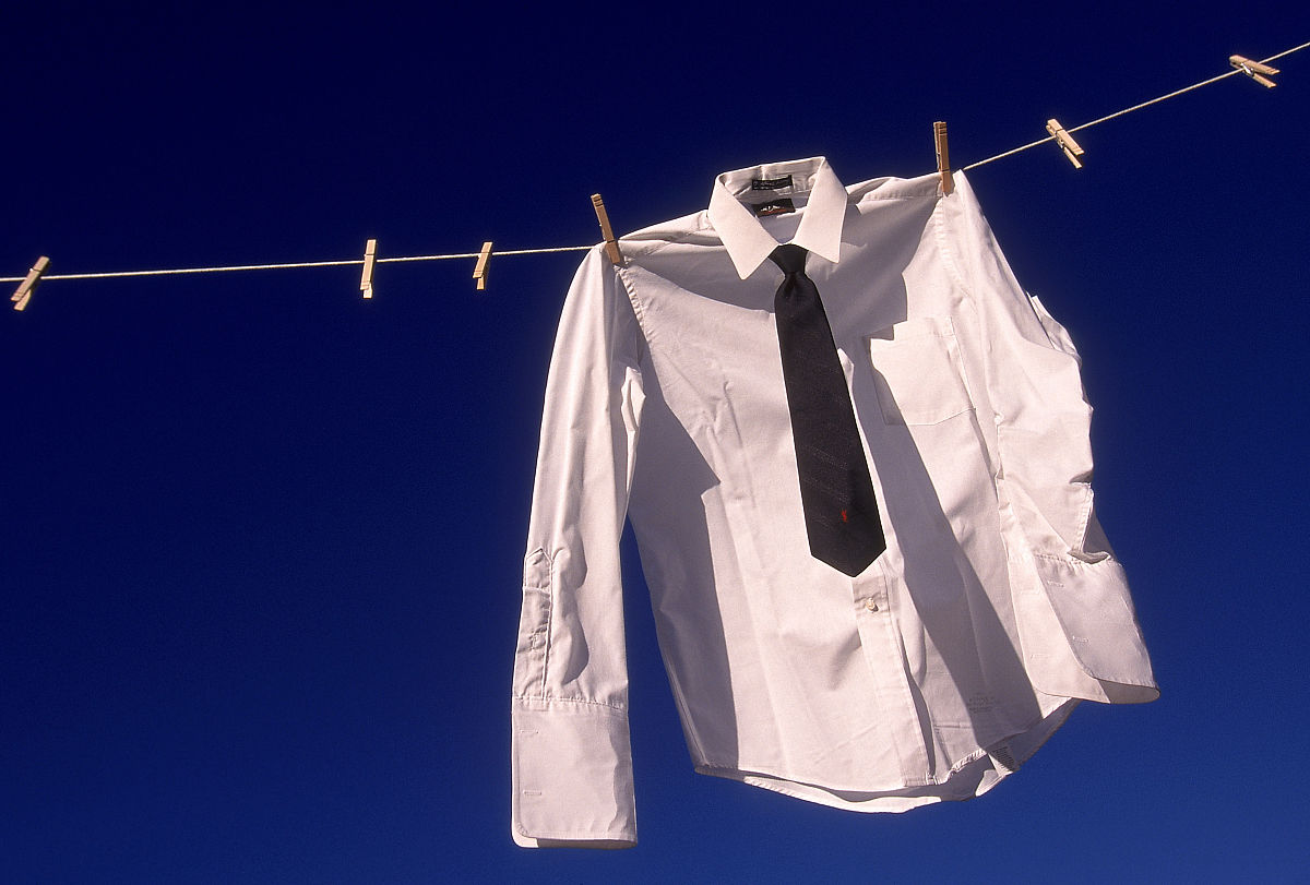 衣_商务衬衫挂在晾衣绳上