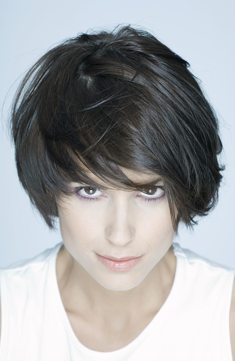 室内,25岁到29岁,特写,高视角,正面视角,头发,发型,短发,棕色头发图片