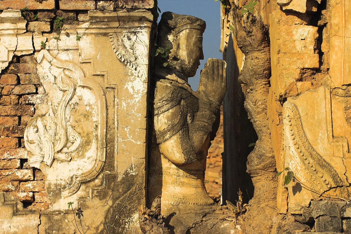 愹��9h��i�yi�_灰泥浮雕和坐着的如来佛祖在kyaukh pyugyi帕雅.