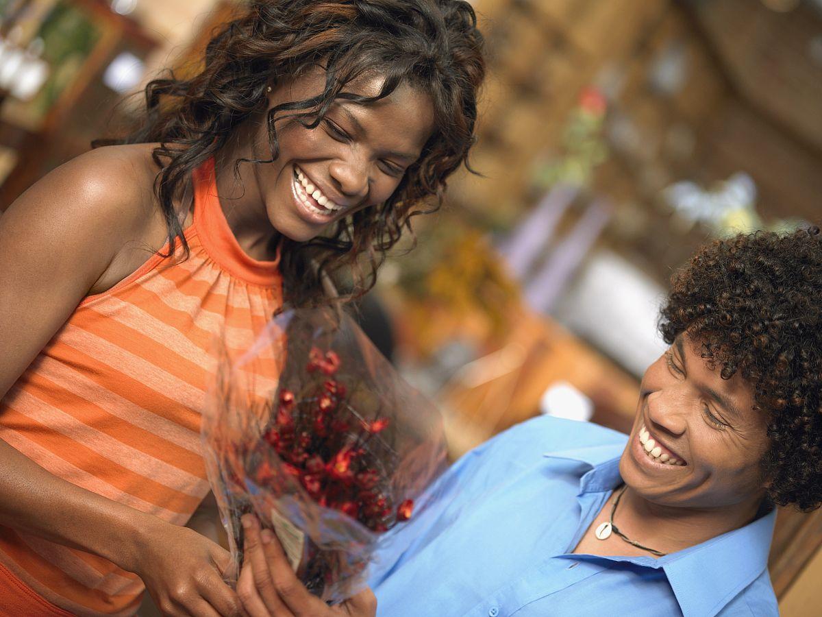 20多岁,25岁到30岁,人际关系,伴侣,女朋友,站,棕色头发,黑色人种,非洲图片