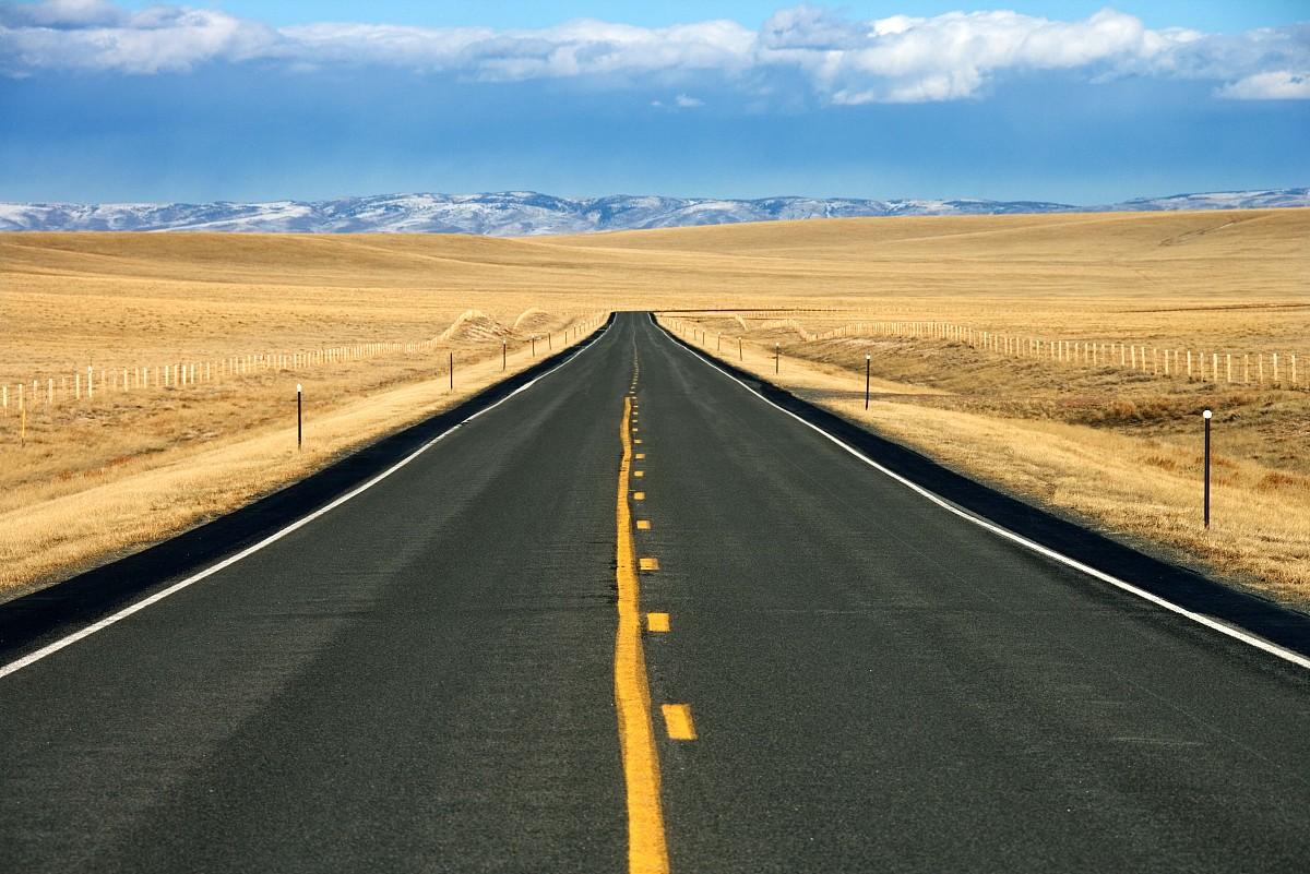 路�_公路通过黄金山谷附近的山,怀俄明