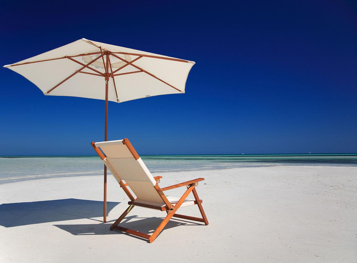 海边的椅子图片