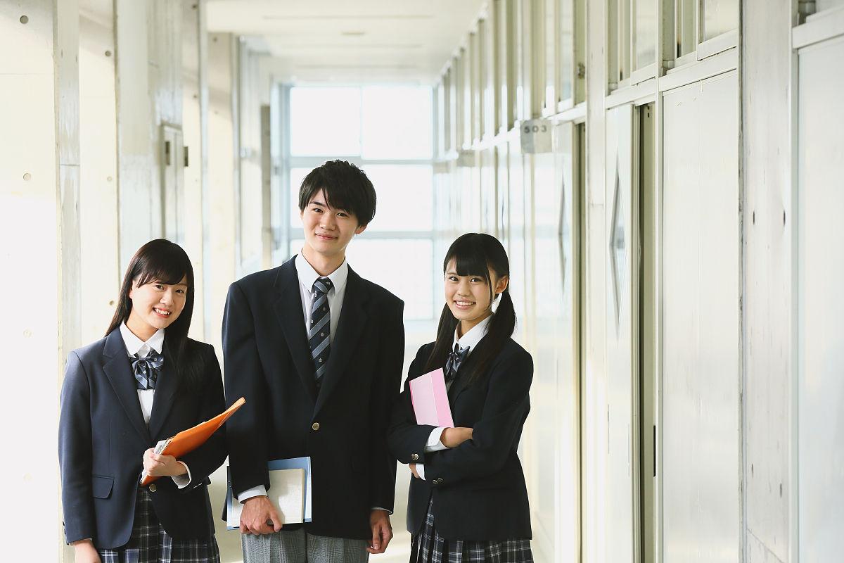 高中�y��-l9n��c%_日本高中学生在学校走廊