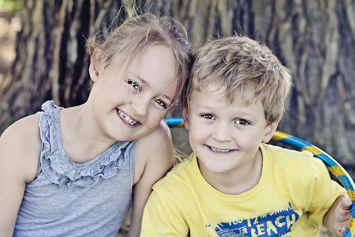 blue和黄色的笑脸儿童图片