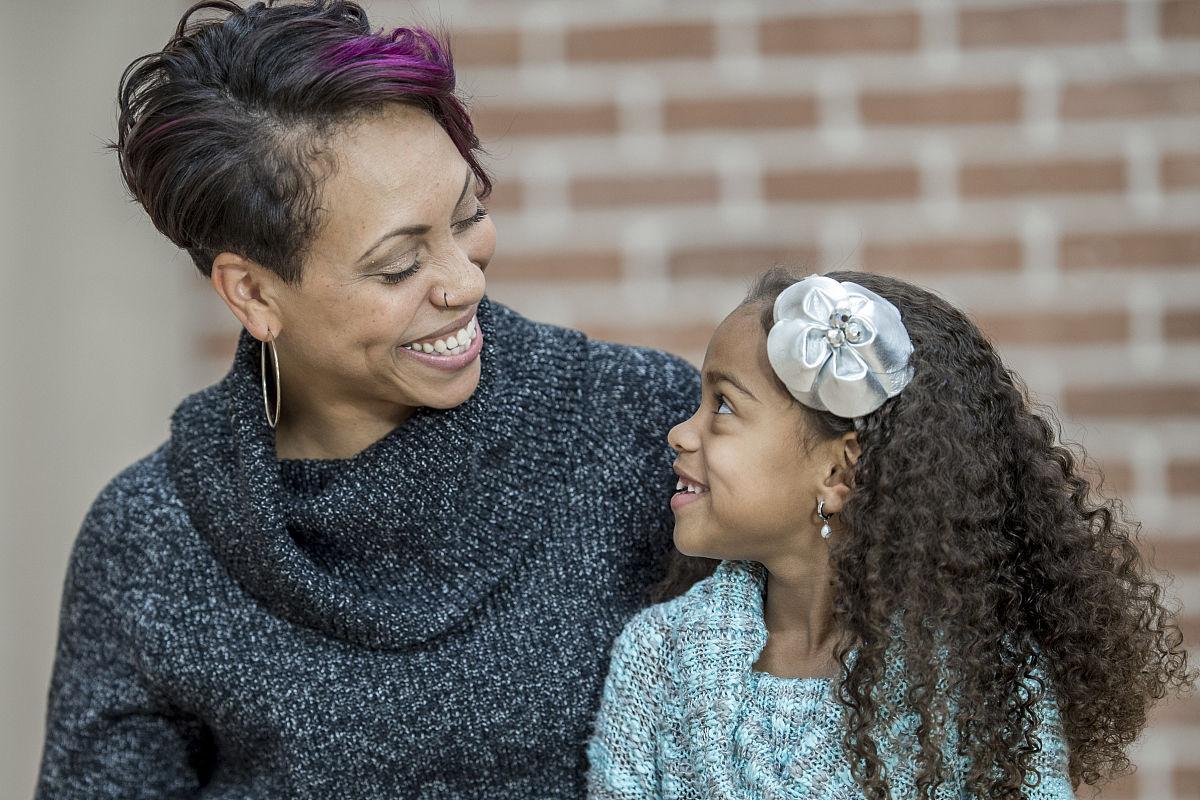相伴,母亲,背面视角,种族,女人,社区,儿童,住宅内部,欢乐,非洲人,起居图片