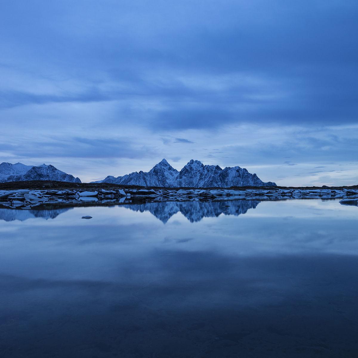 �m��y�n����_vagakallen的山峰在罗弗敦群岛群岛的海岸线,vestvagoy,倒影,挪威