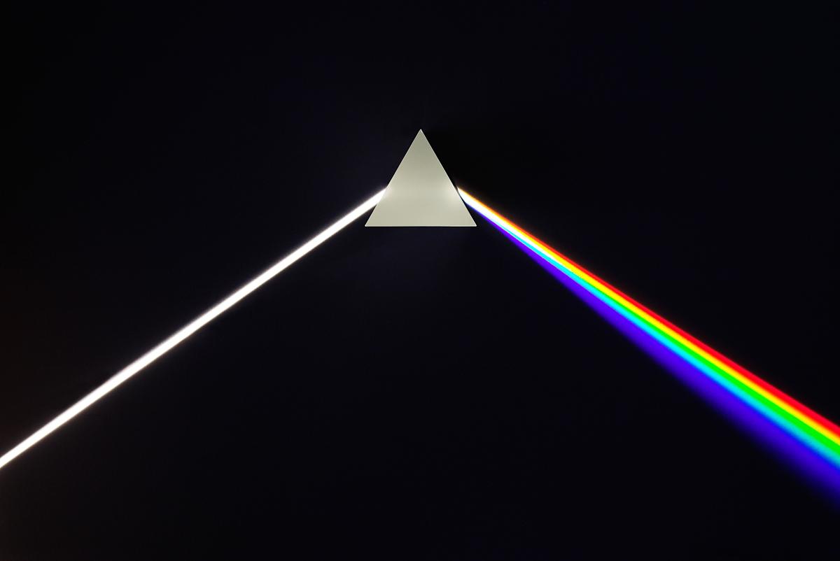 五方夹�jy��9��n'_这里拍摄的是一束白色光束,被一个等边玻璃棱镜分散(分解)成不同的