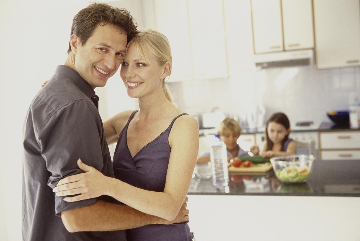 厨房,幸福,信任,协调,相伴,水平画幅,室内,住宅房间,厨房,笑,拥抱图片