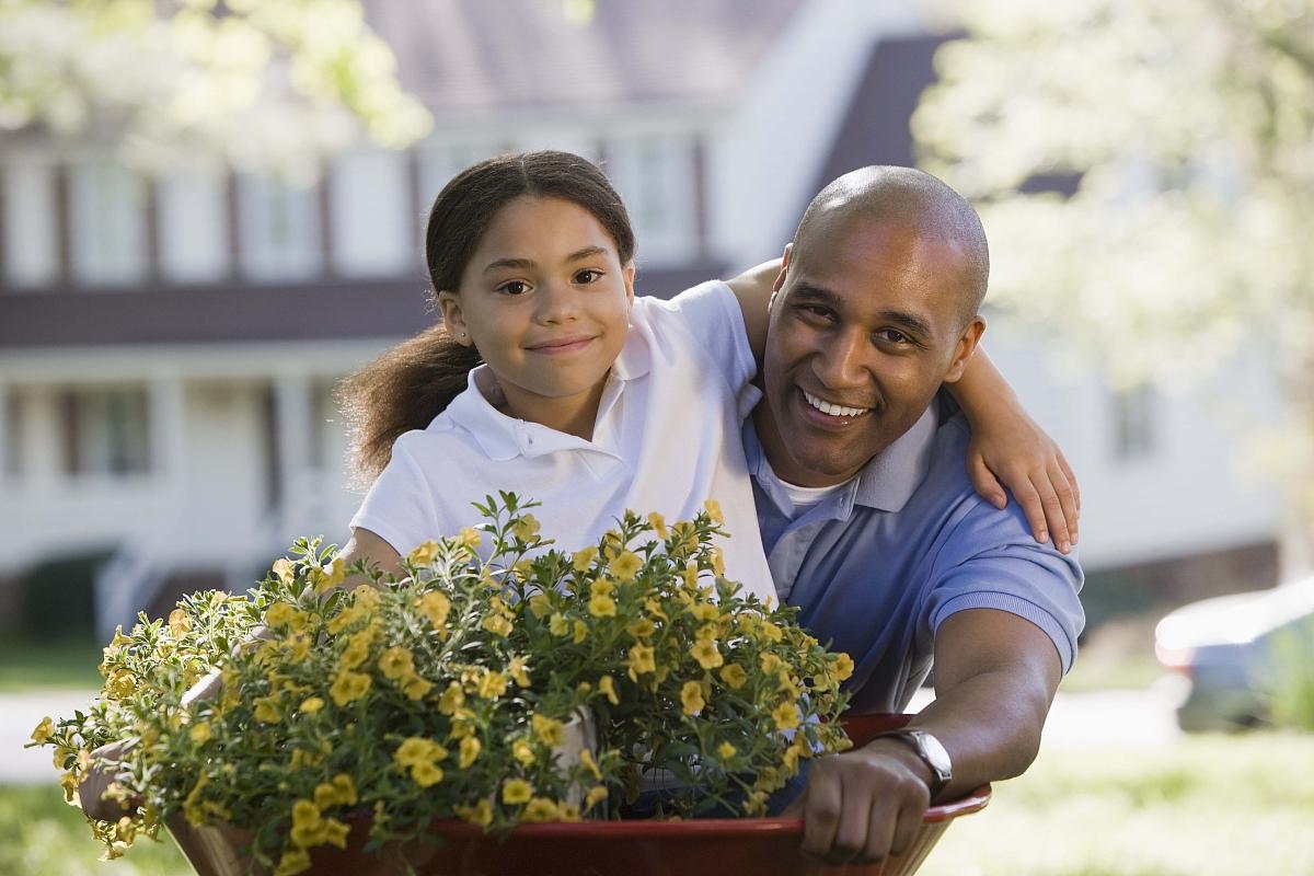 男人和女孩的肖像与鲜花篮子户外图片