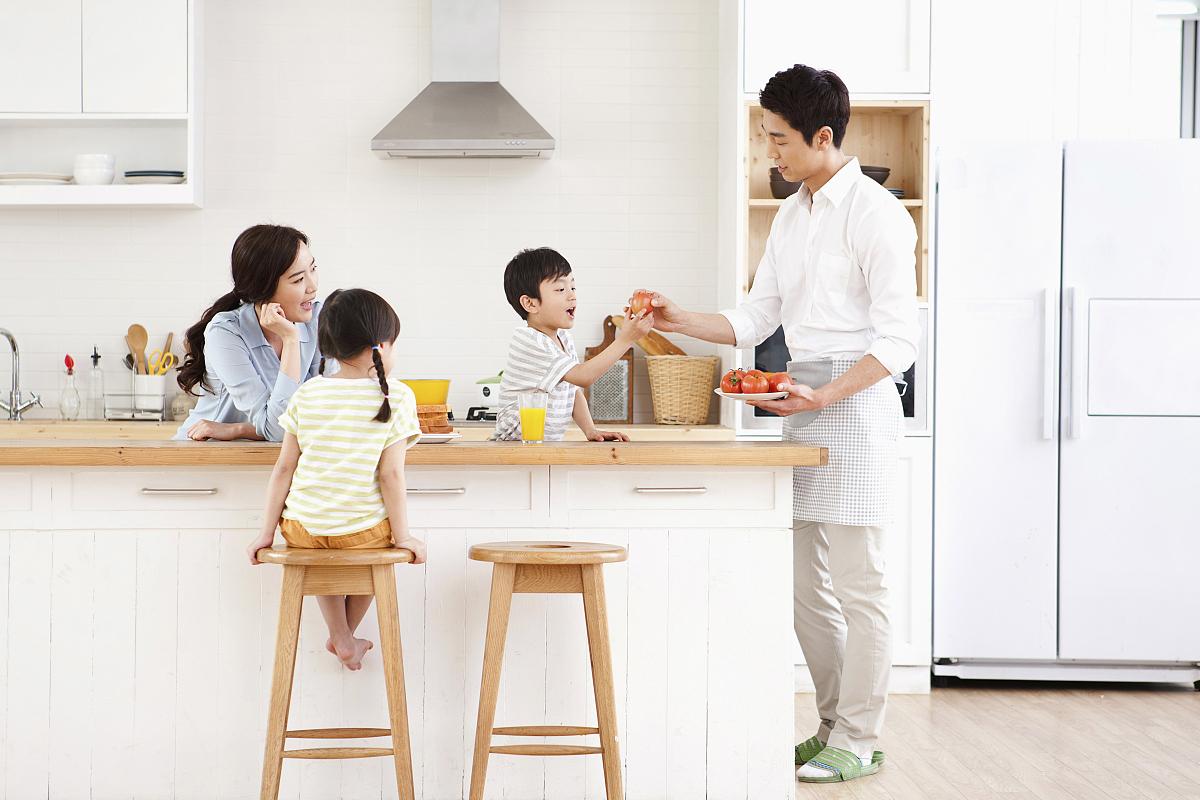 一家人在厨房花时间图片