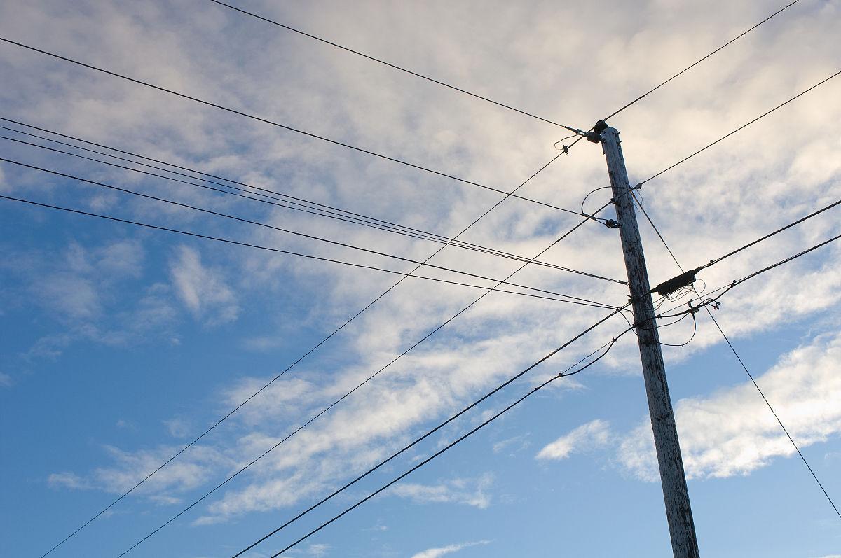 电线杆,低角度观赏图片