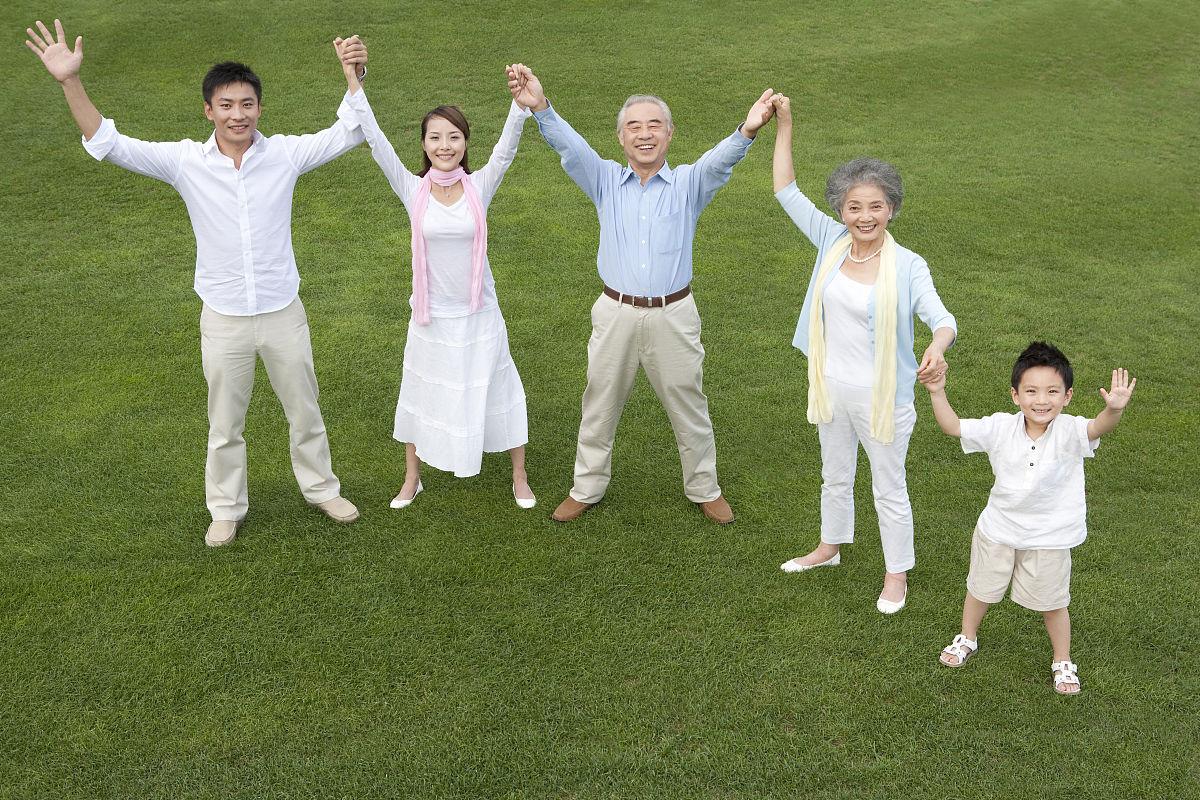 中国人,家庭,同意,社区,全家福,万里无云,生活方式,健康生活方式图片